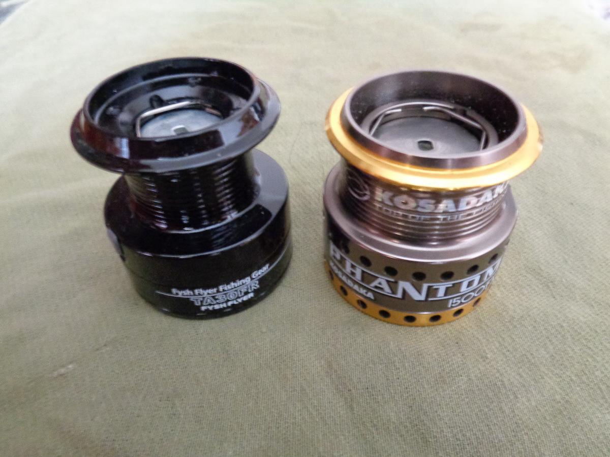 Слева – пластиковая шпуля для намотки монофильной лески, справа – металлическая «мелкая» шпуля для намотки тонкой плетенки